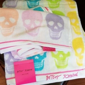 Betsey johnson kaleidaskull bath set